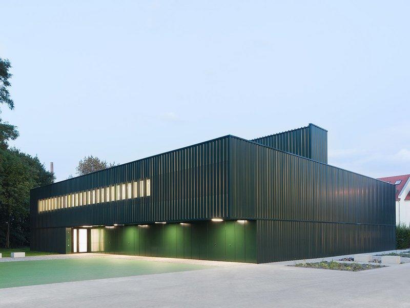 schulz und schulz: Einfeldsporthalle Franz-Mehring-Schule Leipzig - best architects 13 in Gold