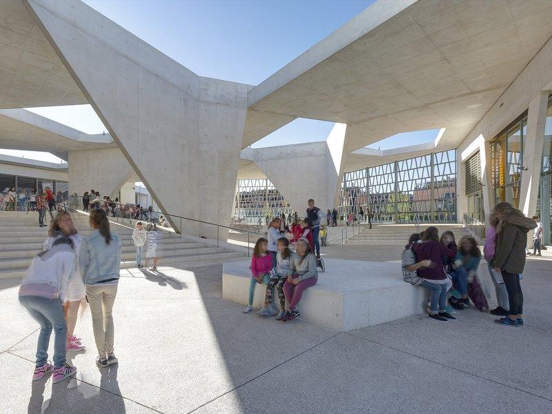 Grüntuch Ernst Architekten: Deutsche Schule Madrid - best architects 17 in Gold