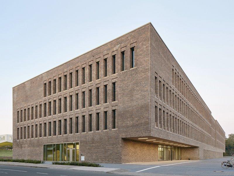 Reimar Herbst / Angelika Kunkler: Bibliothek der Universität und der Hochschule - best architects 17